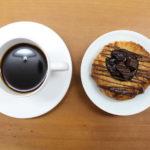 濃いコーヒーと甘い菓子パンでイタリア風朝食