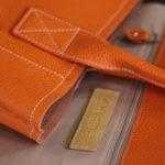 オレンジ色のバッグ