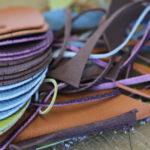 革を手で裁ってからバッグを作り始めます